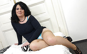 LORIE: Hot british milf and her shaved pussy