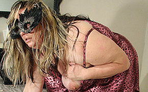 Big woman pleasing her pussy on her couch