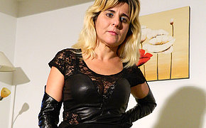 Fantastic MILF sexing with her big dildo