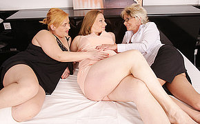Couple of MILF lesbians bang a pregnant wife