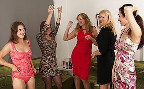 Five horny women have a sexparty and were all invited to watch.