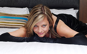 Sexy MILF bitch adores to fuck her dripping cunt
