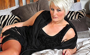 Awesome MILF Davina enjoys to get horny by herself