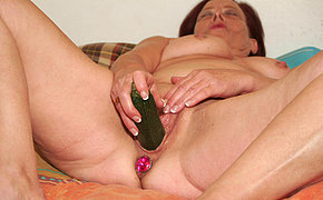 MILF chick enjoys playing with her own cunt