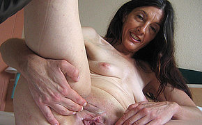 Alluring old chick Mercedes fingers herself