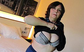 MILF chick enjoys playing and squirting