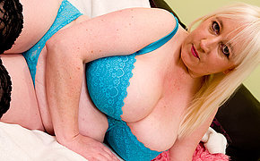 MILF Jo Juggs enjoys getting herself playful
