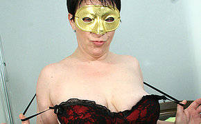 Masked MILF chick getting herself juicy