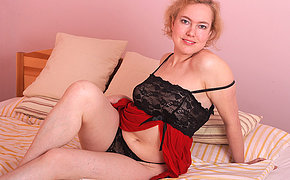 Stunning MILF Peska adores playing with her holes