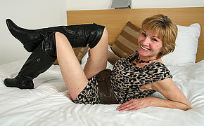 Sexy Dutch MILF slut playing with her soaked cunt