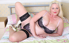 Sexy British big ass mom gets hot as hell