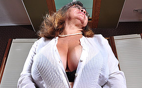Big ass MILF slut playing with her holes